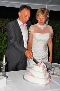 Vi skærer den lækre bryllupskage, som Mai-Britt havde lavet og pyntet med de smukkeste sukker pæoner