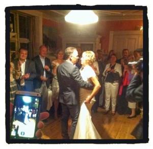 Her danser vi brudevalsen - det var rørende - og kort efter blev Steens sokker klippet;-)